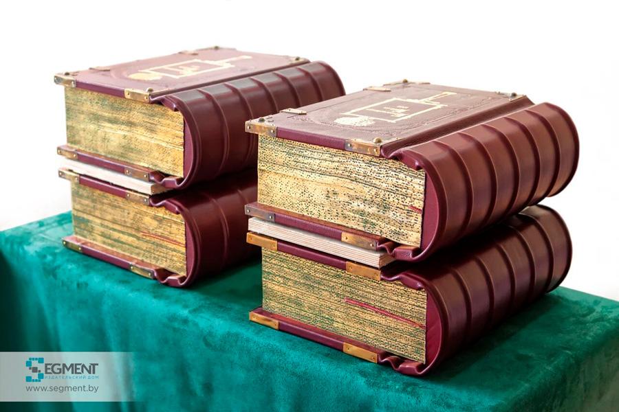 Фото дорогой книги в кожаном переплете. Издательство Сегмент1