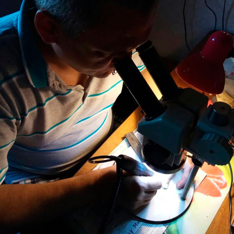Фото изготовления фурнитуры для кожаного переплета. Издательство Сегмент.