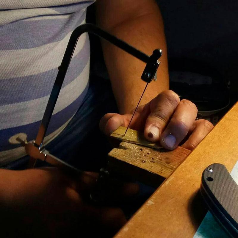 Фото изготовления фурнитуры для кожаного переплета. Издательство Сегмент5