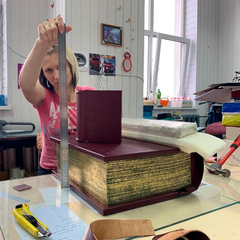 Переплет факсимиле книги в кожу. Издательство Сегмент. Фото3